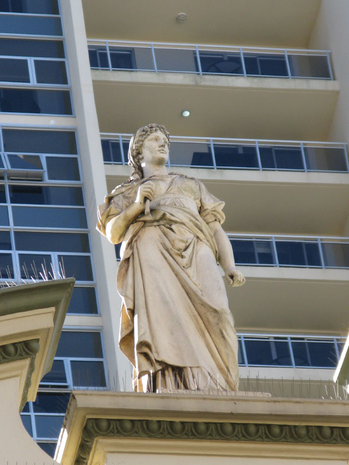Bondi_Junction_Statue_Matou_en_peluche